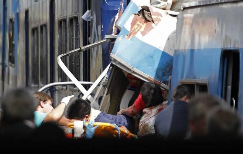 Los equipos de emergencia tratan de rescatar a los pasajeros atrapados.