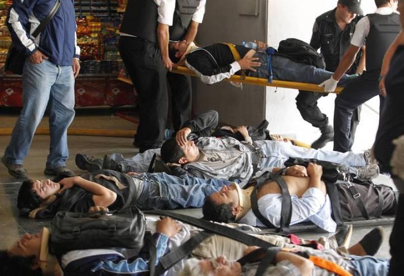 Los heridos, inmovilizados, en el suelo de la estación bonaerense Once.
