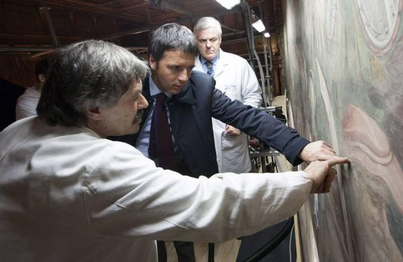 El alcalde de Florencia, Matteo Renzi, viendo un detalle del posible fresco de Da Vinci.