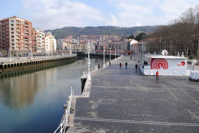 Cerca de 3.000 personas han visitado la plataforma exposición del 75º aniversario de RNE durante los dos días que ha permanecido en Bilbao, instalada en pleno corazón de Bilbao, en el muelle del Arenal.