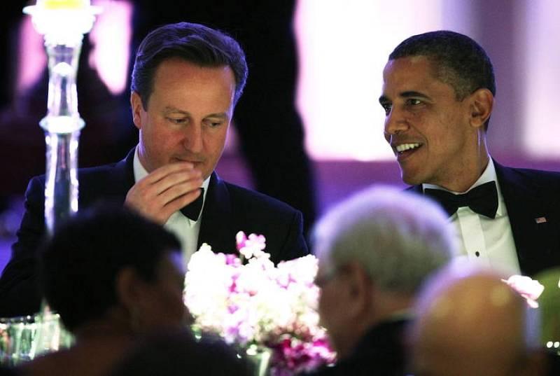 Cameron y Obama hablan durante la cena de gala