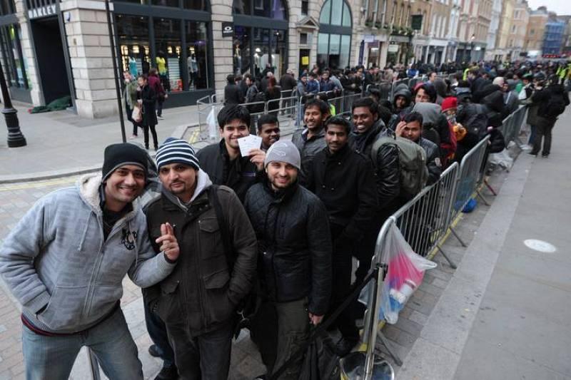 Clientes hacen cola para comprar el nuevo iPad fuera de la tienda que Apple tiene en el centro de Londres