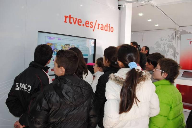 """Medio millar de personas ha visitado en Ávila la exposición itinerante """"RNE, contigo"""" con la que la radio pública celebra su 75º aniversario. La muestra ha estado instalada en la céntrica plaza de Santa Ana."""