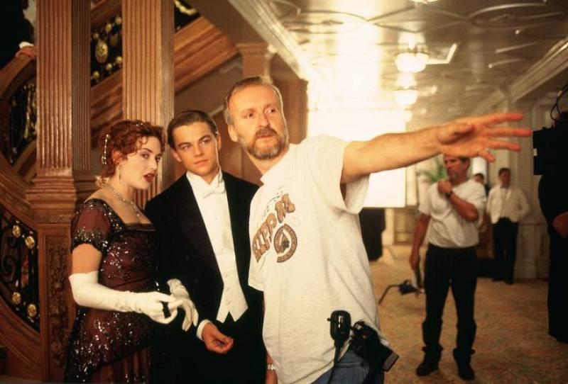 James Cameron dando instrucciones a Kate Winslet y Leonardo Dicaprio  durante el rodaje de 'Titanic'
