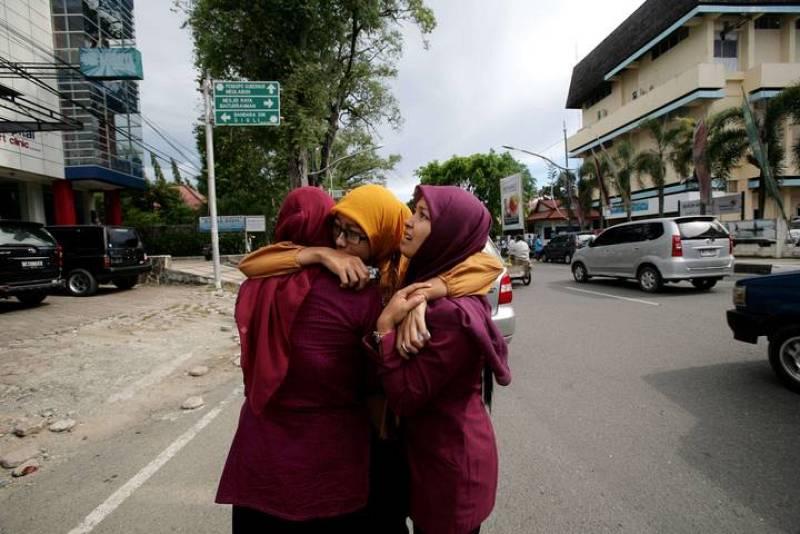 Mujeres de la provincia indonesia de Aceh se abrazan tras el terremoto de 8.7 que ha tenido su epicentro frente a su costa