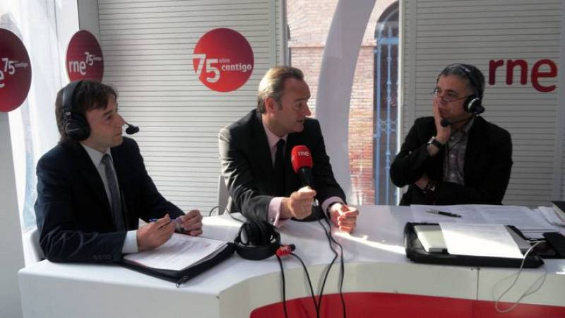 El presidente valenciano, Alberto Fabra (en el centro), ha sido entrevistado por Juan Ramón Lucas.