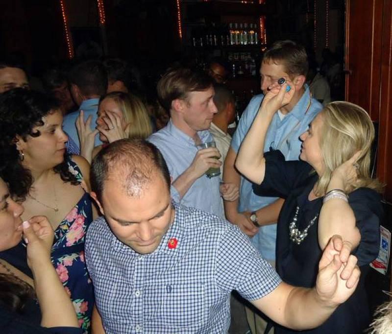 Hillary Clinton baila en el Café Havana