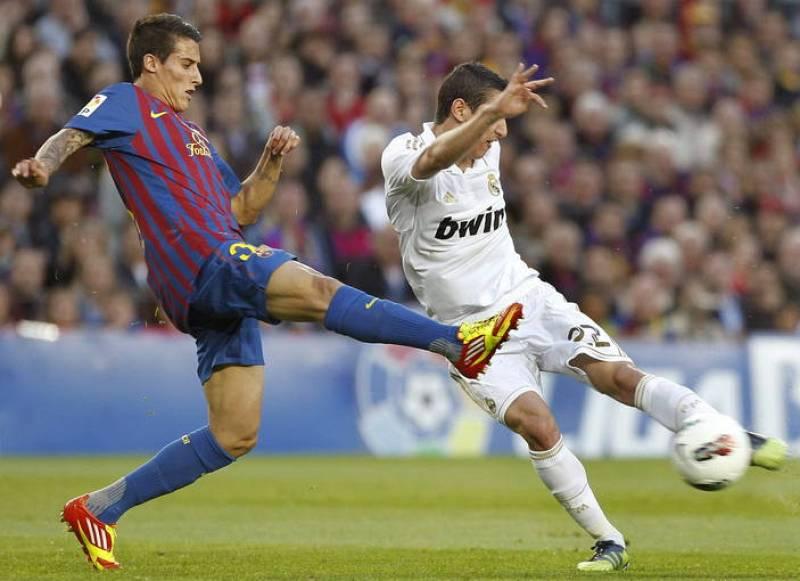 El delantero del FC Barcelona Christian Tello (i), pelea un balón con el centrocampista argentino del Real Madrid, Angel di María