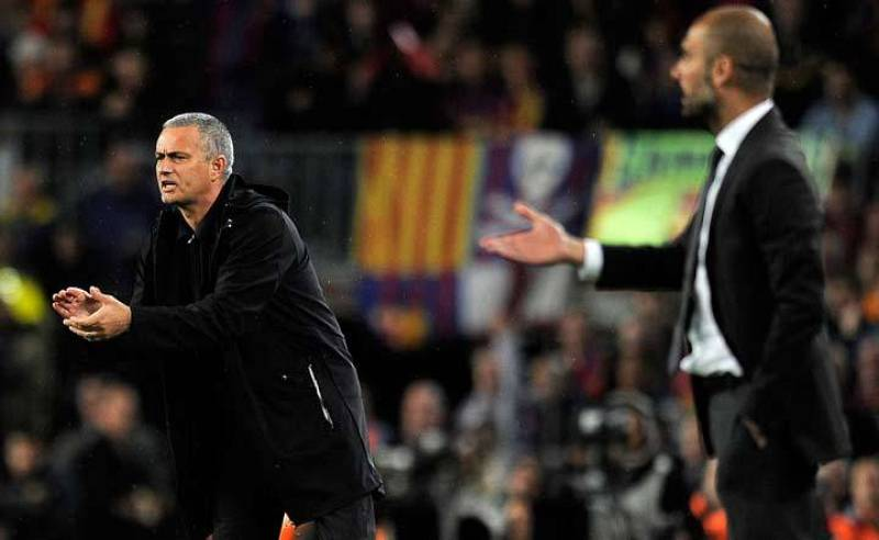 Jose Mourinho y Pep Guardiola siguen el partido desde la banda