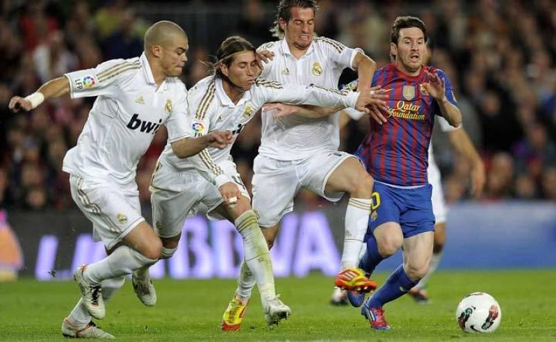 Tres jugadores del Madrid persiguen a Leo Messi en esta jugada