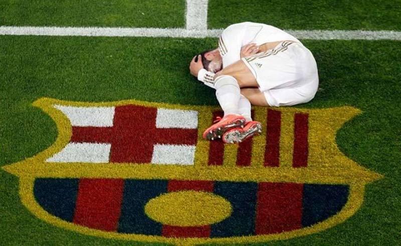 Cristiano Ronaldo se queja en la banda junto al escudo del Barça.