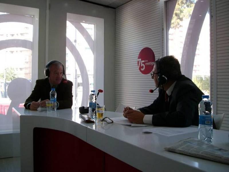 El presidente murciano, Ramón Luis Valcárcel, ha sido entrevistado en el interior de la plataforma conmemorativa del 75º aniversario de RNE.