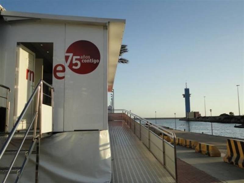 """La exposición itinerante """"RNE, contigo"""" con la que la radio pública celebra sus 75 años ha hecho escala en la ciudad de Almería."""