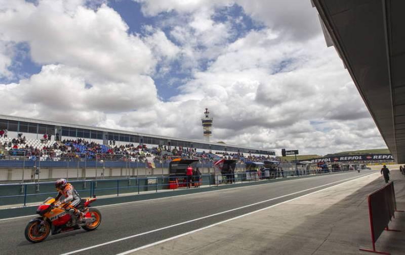 El piloto australiano de Honda Casey Stoner sale de boxes.