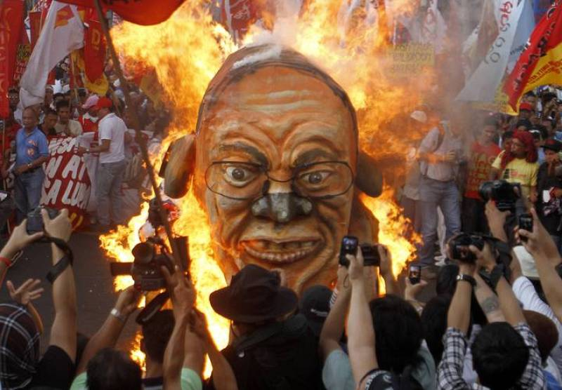Manifestantes queman una efigie del presidente, Benigno Aquino, en Manila