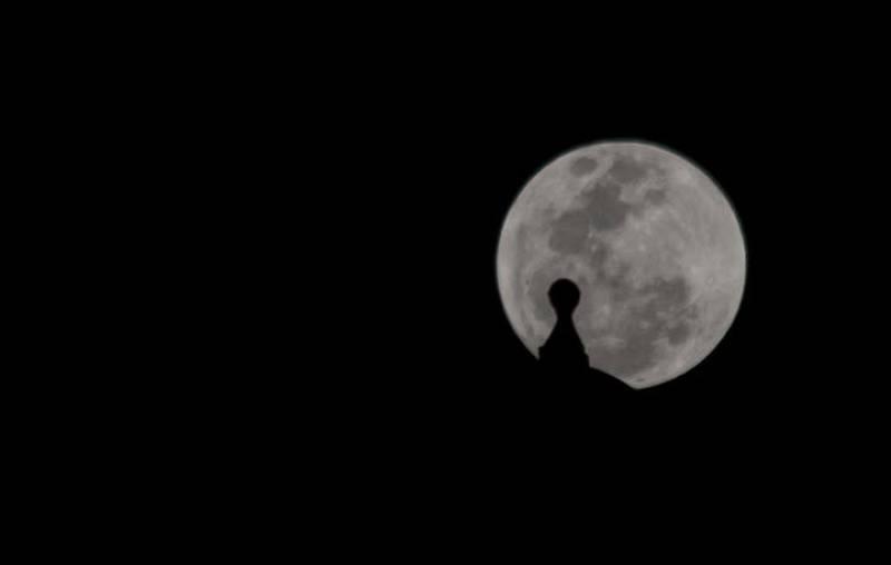 Fotografía de la Luna llena detrás del fuerte de San Felipe de Barajas en Cartagena, Colombia.