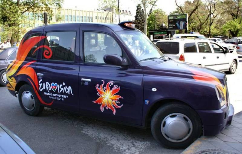 Bakú destila espíritu eurovisivo en cada una de sus calles. En la imagen, un taxi de la capital de Azerbaiyán decorado con el logo del Festival.