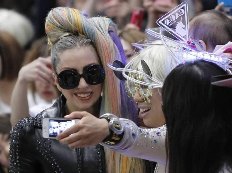 Gente y Tendencias - Lady Gaga posando con una fan