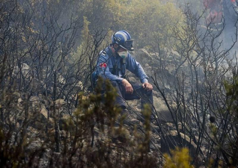 Un bombero descansa en el incendio de Rasquera este miércoles