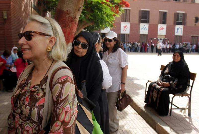 Mujeres ejerciendo su derecho a voto en la primera vuelta de unos históricos comicios presidenciales.