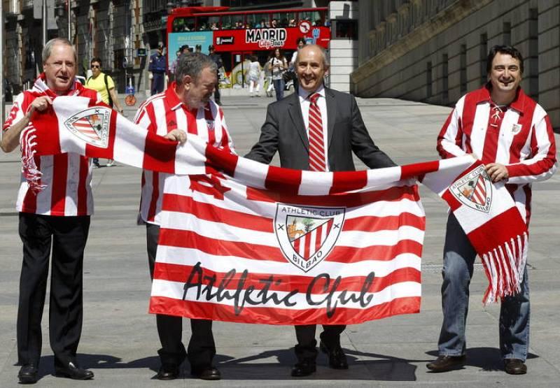 El senador del PNV Joseba Zubia y los diputados Pedro Azpiazu, Josu Erkoreka y Aitor Esteban, en sonriente exhibición de los colores rojiblancos del Athletic Club.