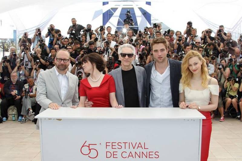 """(Desde la Izquierda) Paul Giamatti, Emily Hampshire, el director David Cronenberg, Robert Pattinson y Sarah Gadon durante el photocall de """"Cosmopolis"""", en Cannes."""