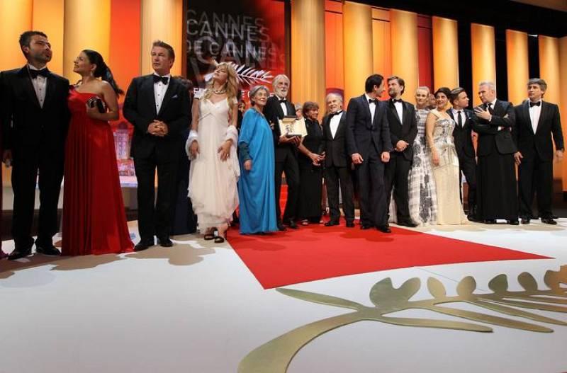 Los premiados posan en el escenario de Cannes