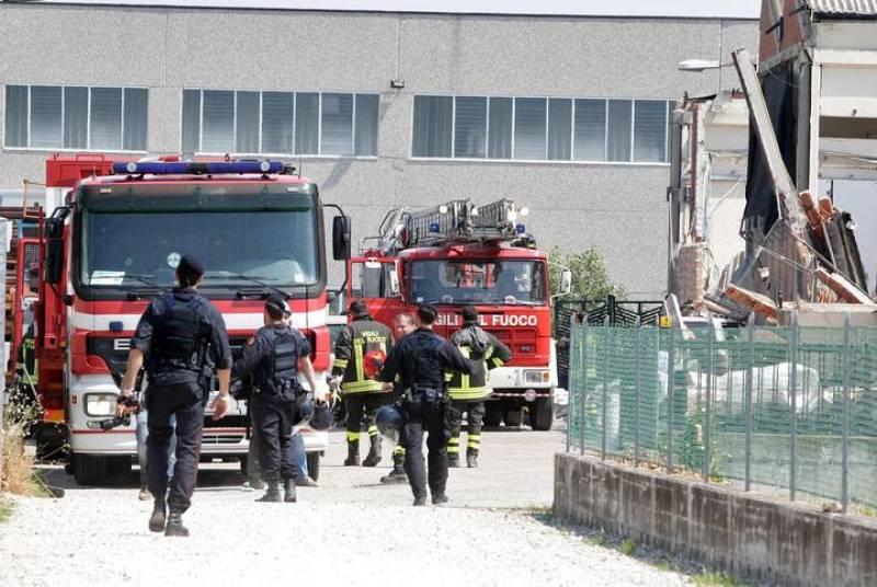 Bomberos de San Felice trabajan para rescatar a los trabajadores en San Felice