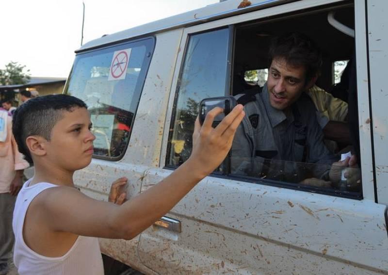 Un niño fotografía al periodista Romeo Langlois, liberado por las FARC.
