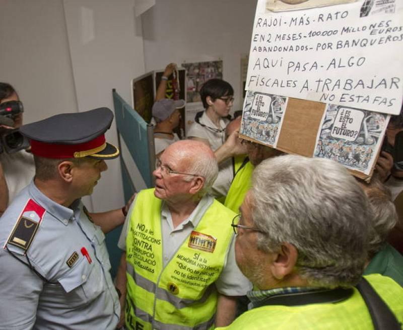 """""""YAYOFLAUTAS"""" OCUPAN UNA OFICINA DE BANKIA PARA EXIGIR RESPONSABILIDADES A RATO"""