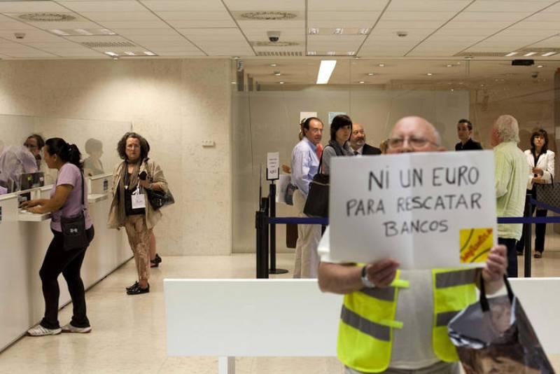 Los yayoflautas protestan contra bankia 4 for Oficinas de bankia en zaragoza