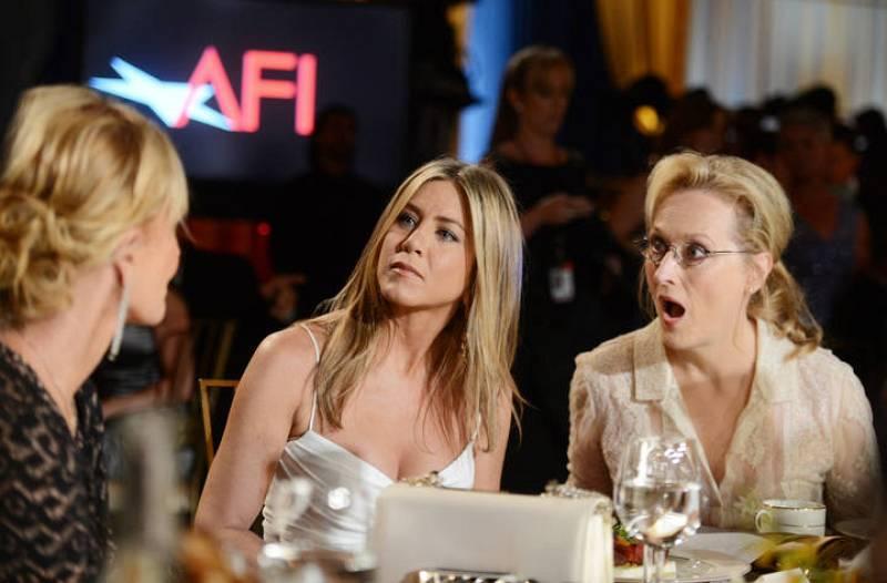 Melanie Griffith charla con Jennifer Aniston y con una sorprendida Meryl Streep.