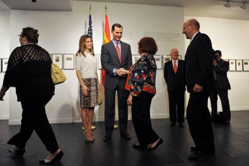 Los príncipes de Asturias se encuentran de visita oficial en Estados Unidos para reforzar las relaciones bilaterales entre ambos países. En la imagen, don Felipe y doña Letizia en la sala de exposiciones del Instituto Cervantes de Nueva York.