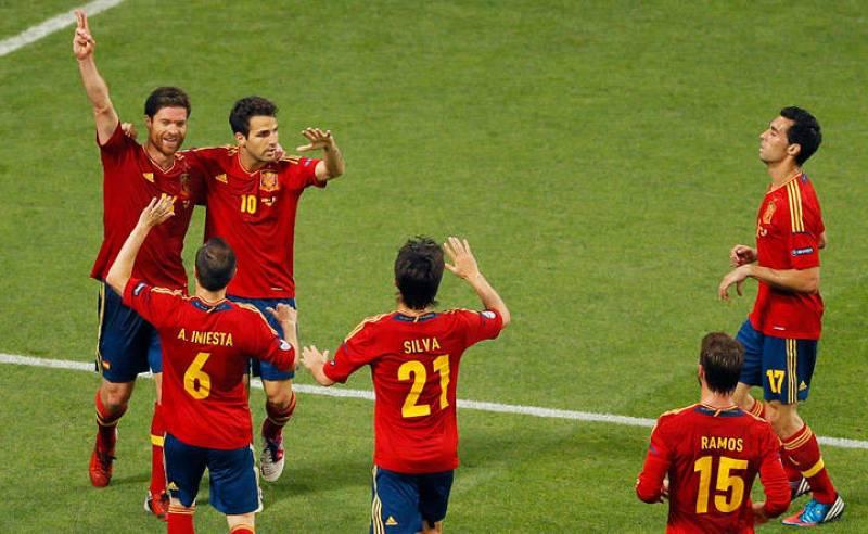 Los jugadores españoles celebran el gol de Xabi Alonso sobre el césped del Donbass Arena.