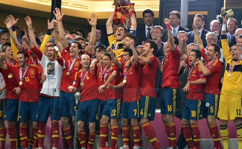 Iker Casillas levanta la Copa que les proclama campeones de Europa