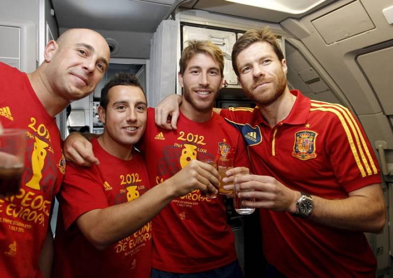Pepe Reina, Santiago Cazorla, Sergio Ramos y Xabi Alonso, posan en el avión que trasladó al equipo español desde Kiev a Madrid.