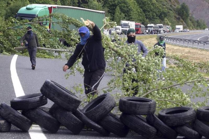 Los mineros asturianos han cortado la carretera utilizando ramas de árboles y neumáticos.