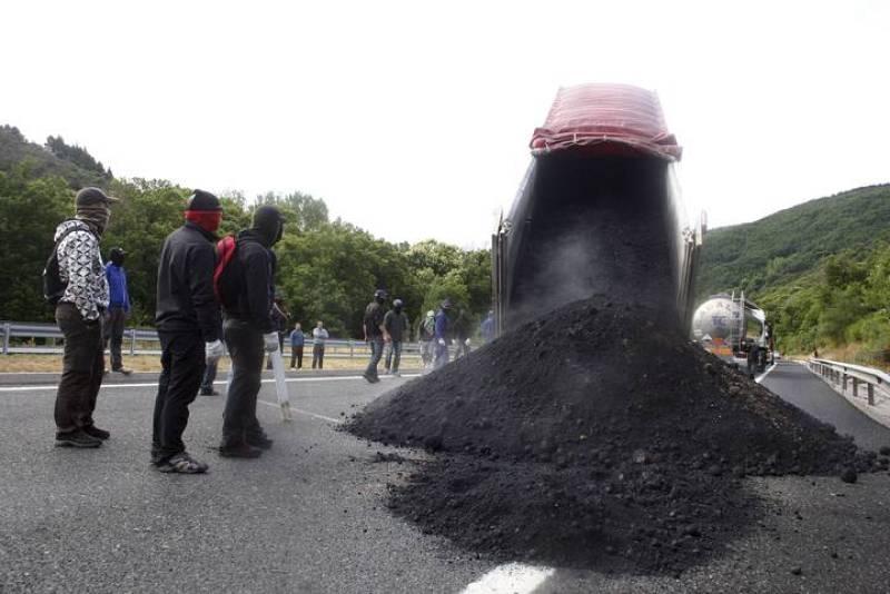 Los mineros descargan un camión en Asturias, el día que se cumple 40 jornadas de huelga en el sector.