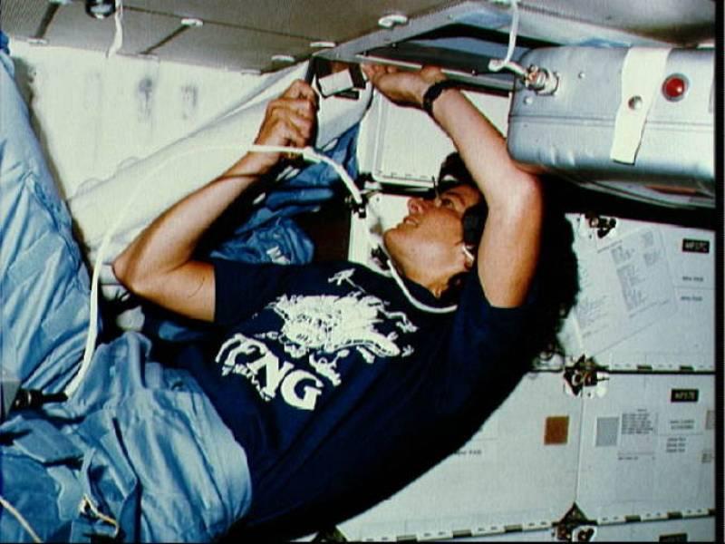 Ride utilizando un destornillador para limpiar el sistema de filtrado de aire en el compartimiento medio del Challenger