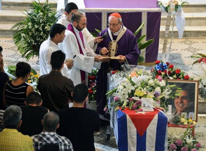 El cardenal cubano Jaime Ortega oficia la misa del funeral del disidente Oswaldo Payá.