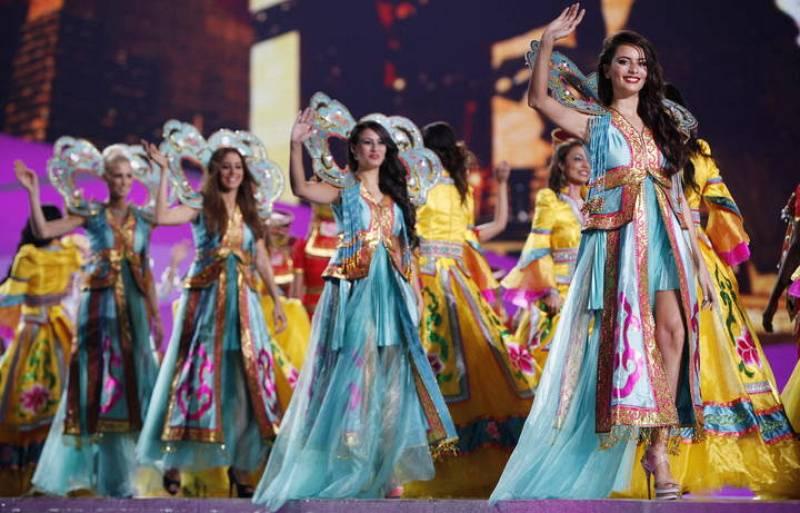 Más participantes de Miss Mundo 2012 saludando al público.