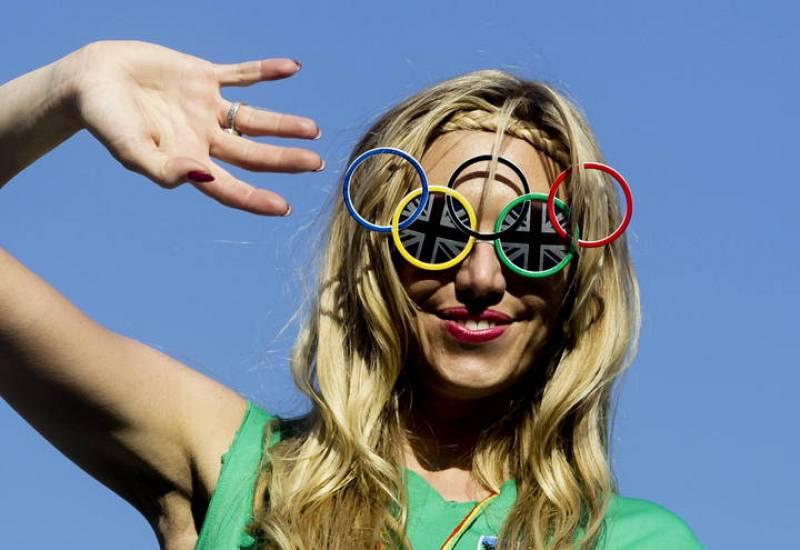 Una mujer usa unas gafas con los anillos de los Juegos Olímpicos.