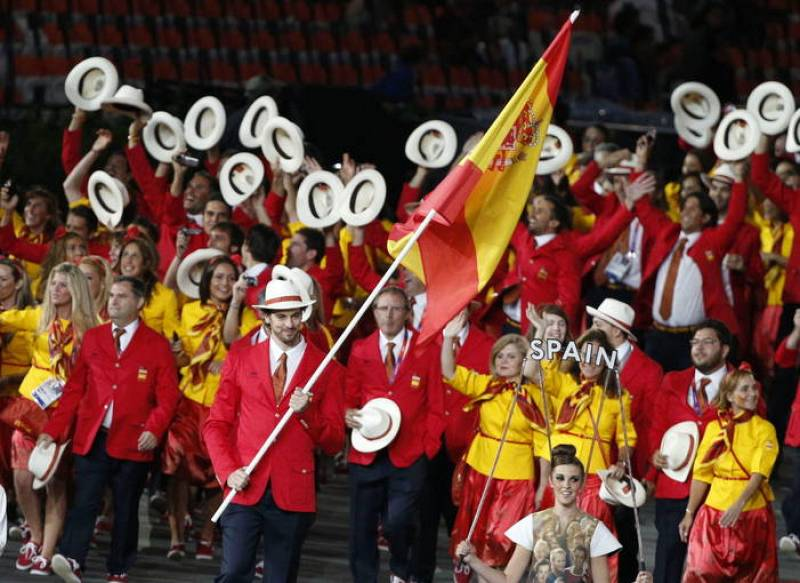 El jugador de baloncesto Pau Gasol encabeza el equipo olímpico español durante la ceremonia inaugural