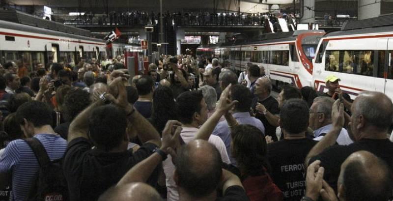 Medio centenar de trabajadores del sector se concentran en la estación de Atocha