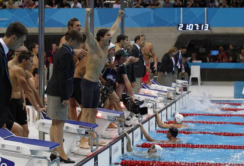 El francés Yannick Agnel llega el primero en la prueba de los 4x100 mt. estilo libre para alegría de sus compañeros y tristeza de los estadounidenses.
