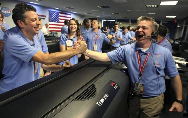 Mars Science Laboratory Flight Director Comeaux celebrates with Greco after the Mars science rover Curiosity's successful landing, at Jet Propulsion Laboratory in Pasadena