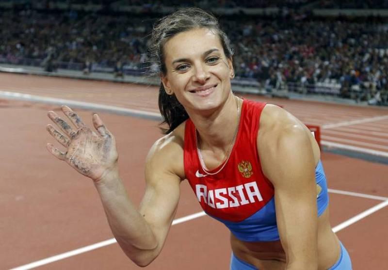 Isinbayeva saluda durante la competición de salto con pértiga.