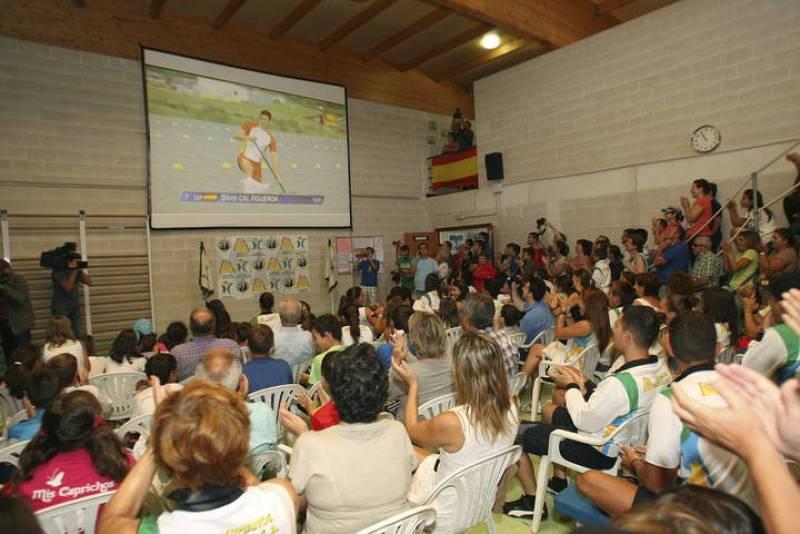 Los integrantes del Club de Remo Ría de Aldán siguen la prueba de C1, 1.000 metros, apoyaron en la distancia a David Cal.