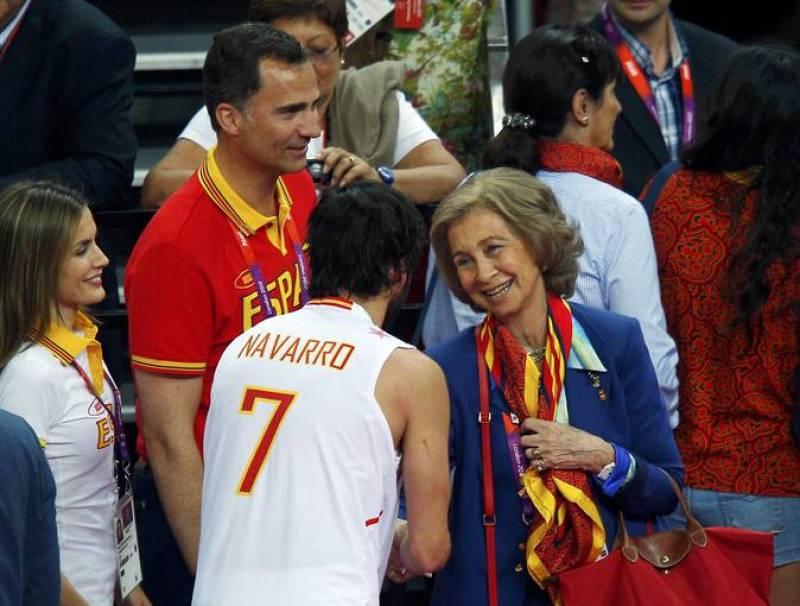 El jugador español de baloncesto Juan Carlos Navarro celebra la victoria con la reina Doña Sofía y el príncipe Felipe, que fueron a Londres a animar a la selección que ganó a Rusia.
