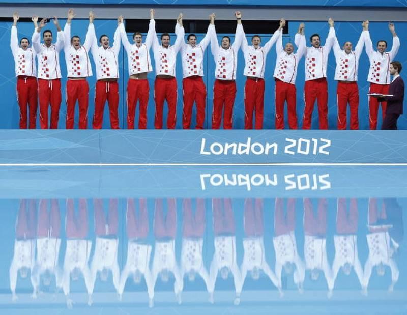 Los croatas celebran la victoria de su selección en la final de la competición de waterpolo masculino de los Juegos Olímpicos de Londres 2012.